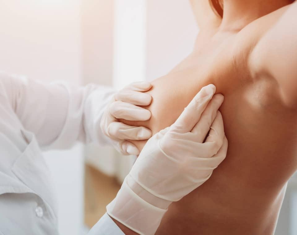 Zdjęcie badanie palpacyjne piersi i węzłów okołopachowych