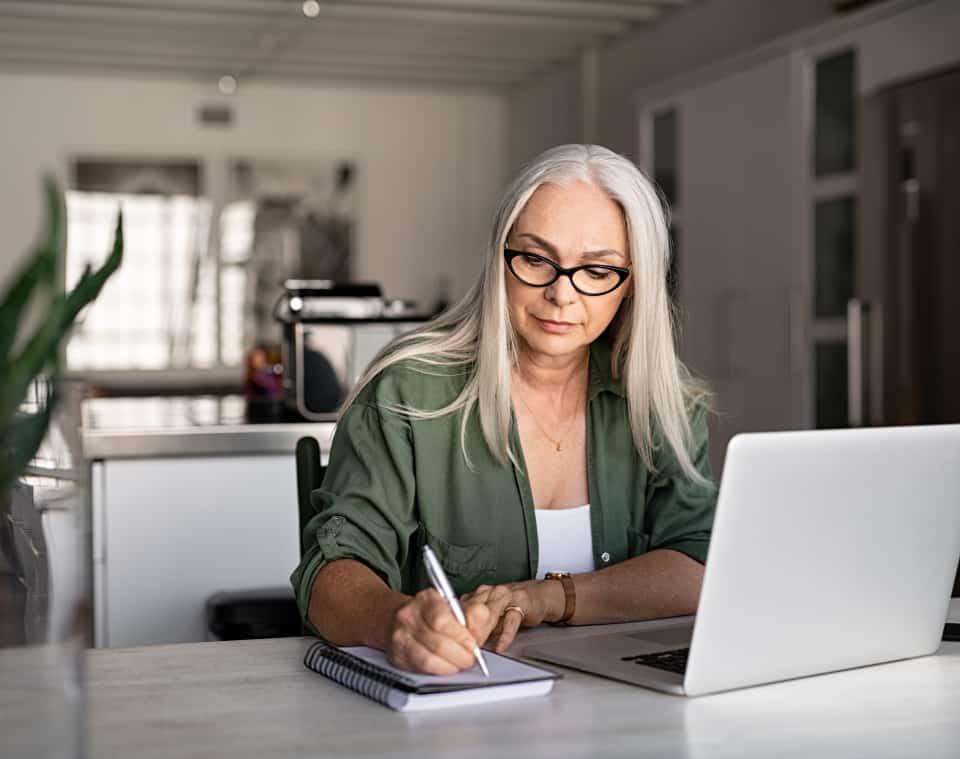 Zdjęcie kobieta bizneswoman przy komputerze